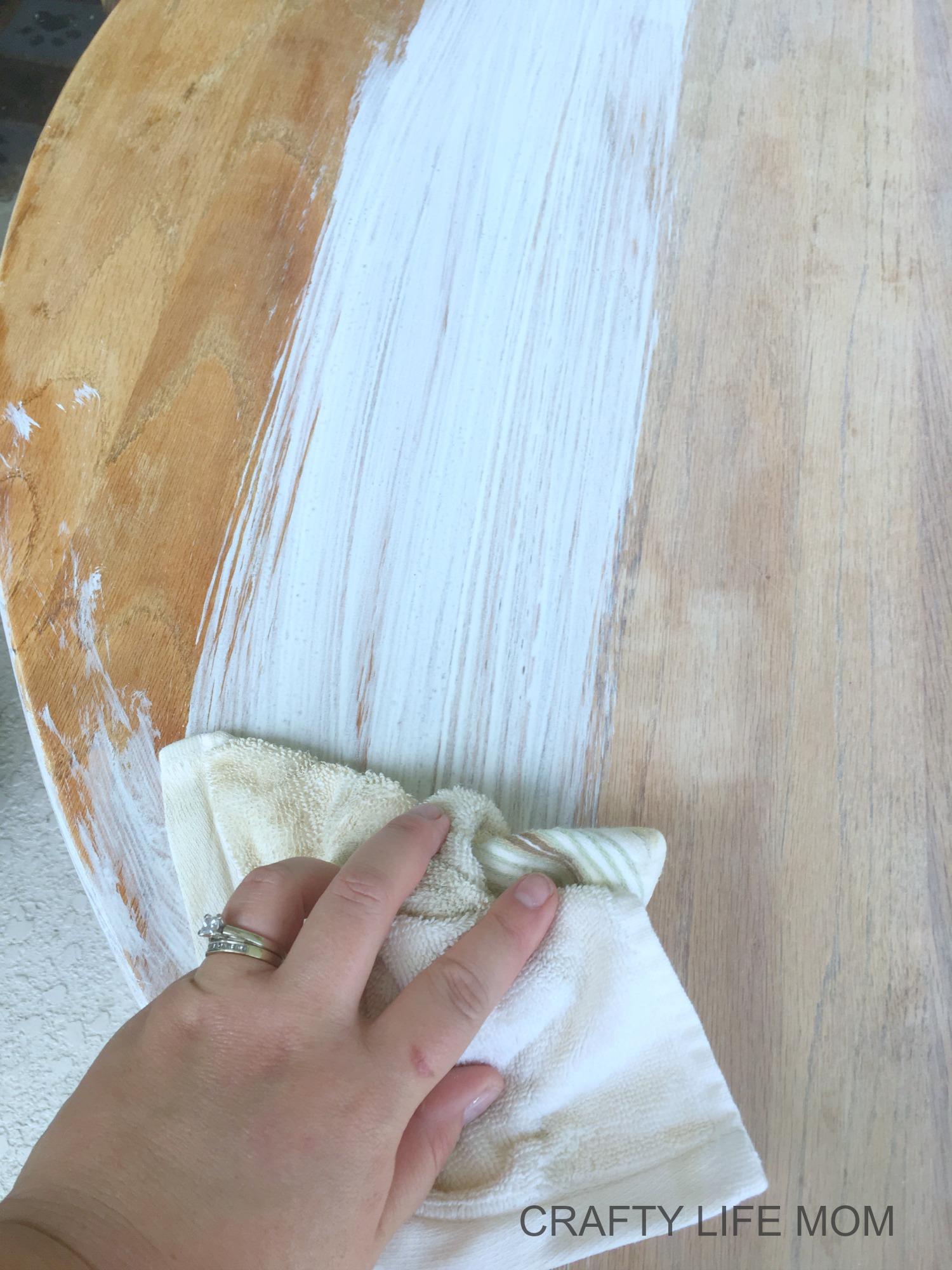 White Wash Staining DIY Farmhouse table. Tips and tricks to makeover over your dining table using this easy method.